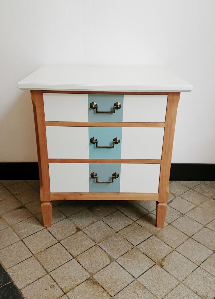 elegantes nachttischchen my cms. Black Bedroom Furniture Sets. Home Design Ideas